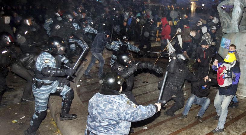Na zdjęciu milicja rozpędza demonstrację w Kijowie /STRINGER /AFP