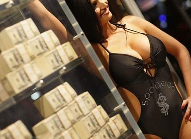 Na zdjęciu: modelka przed wystawą 5 mln dolarów w gotówce, Hollywood,, marzec 2009 /Getty Images/Flash Press Media