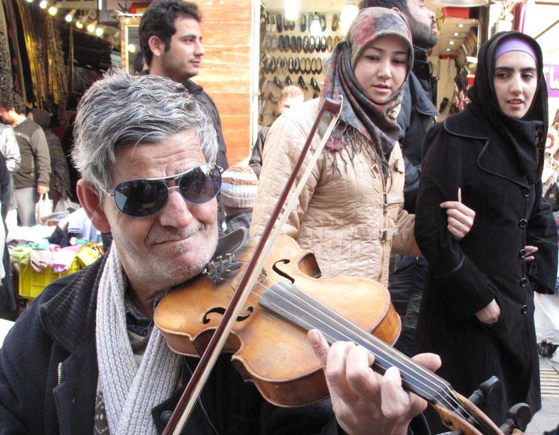 Na zdjęciu muzyk na ulicy Teheranu /ATTA KENARE /AFP