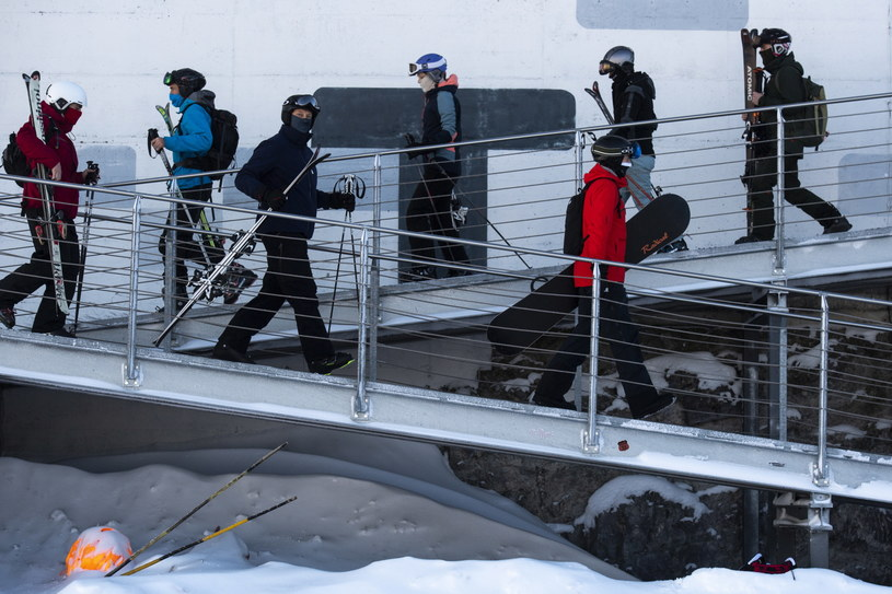 Na zdjęciu: Narciarze w jednym ze szwajcarskich kurortów /GIAN EHRENZELLER /PAP/EPA