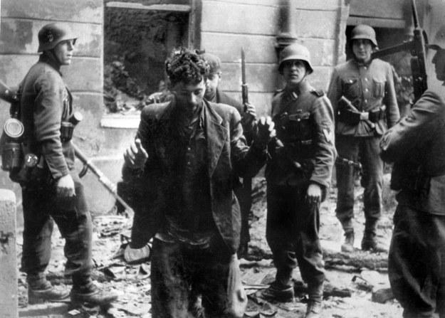 Na zdjęciu: Niemcy likwidują powstanie w warszawskim getcie /AFP