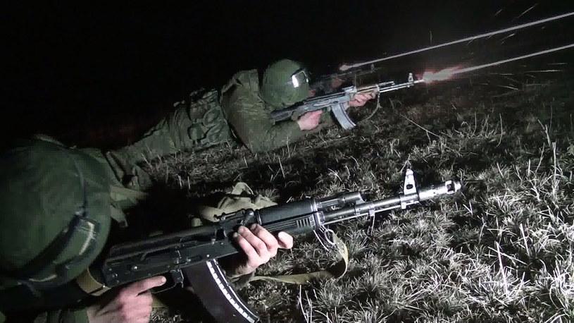 Na zdjęciu nocne ćwiczenia przy wschodniej granicy z Ukrainą /ANDREY KRONBERG /AFP