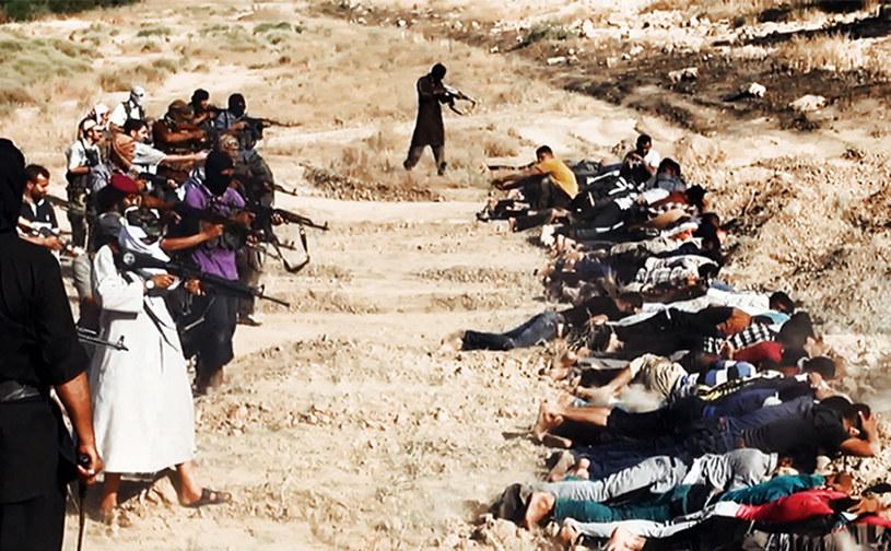 Na zdjęciu obraz wideo zamieszczony na stronie powiązanej z ISIL: egzekucja osób oskarżonych o działalność w irackich służbach bezpieczeństwa /WELAYAT SALAHUDDIN /AFP