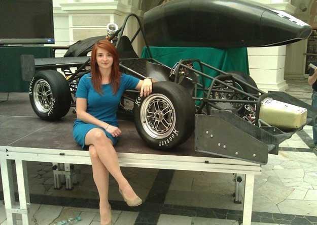Na zdjęciu Olga Chojnacka pracująca w zespole WUT Racing /