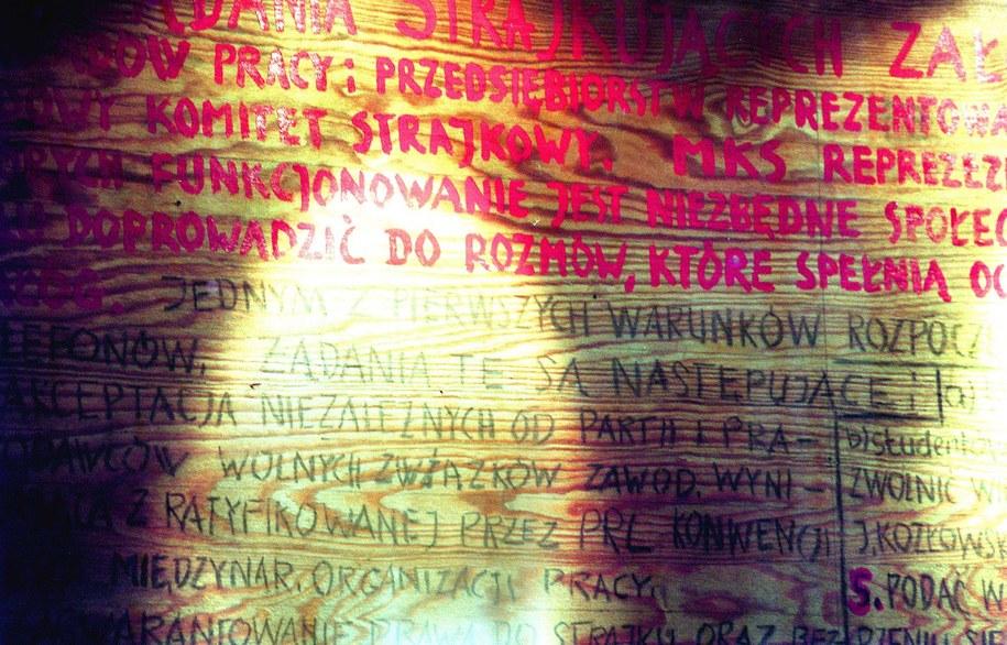 Na zdjęciu oryginalna tablica z 21 postulatami gdańskimi z 1980 roku /Przemek Wierzchowski /PAP