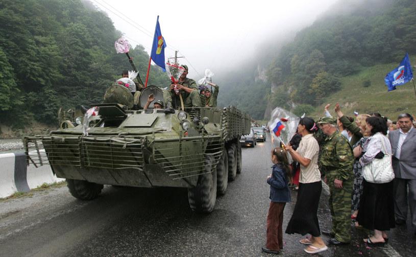 Na zdjęciu Osetyjczycy witają rosyjskich żołnierzy, sierpień 2008 /KAZBEK BASAYEV  /AFP
