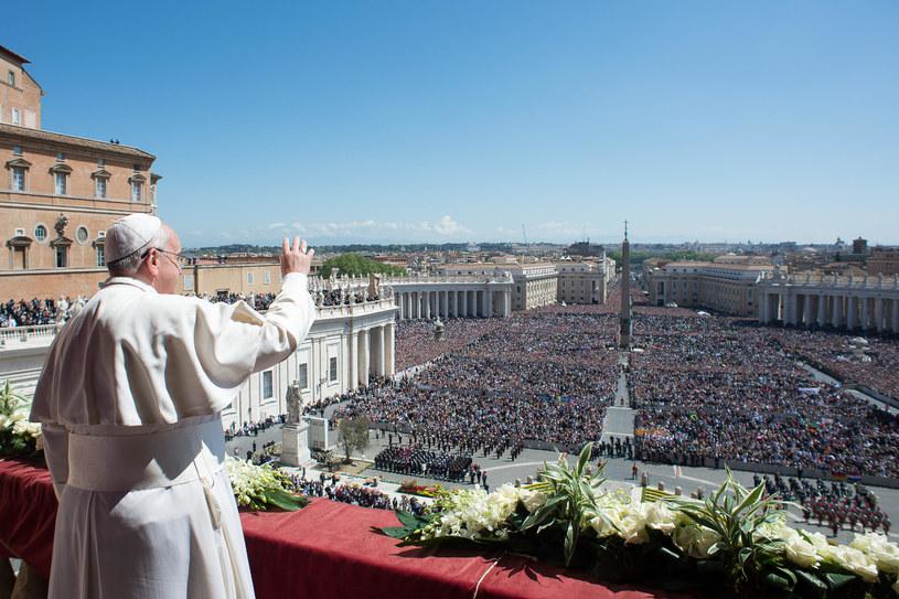 Na zdjęciu papież Franciszek przemawia z balkonu na placu św. Piotra /OSSERVATORE ROMANO/HO  /AFP