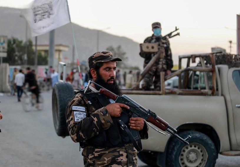 Na zdjęciu: patrol talibów na ulicy w Kabulu po niedzielnym zamachu bombowym na meczet /EPA/Stringer /PAP/EPA