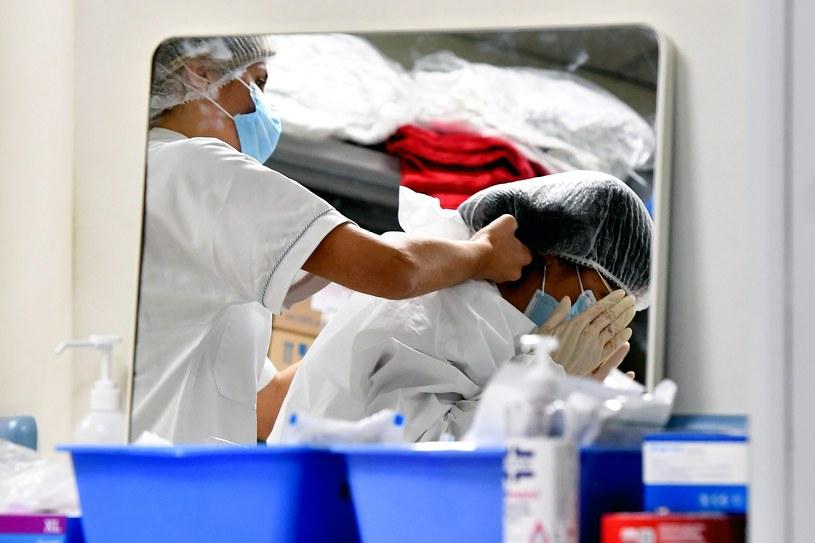Na zdjęciu pielęgniarki we włoskim szpitalu /AFP
