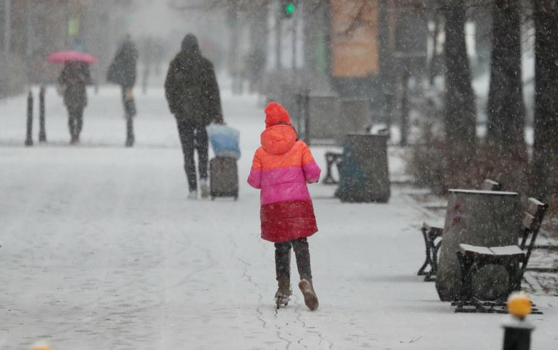 Na zdjęciu pierwszy śnieg w tym sezonie w Warszawie /Piotr Molecki /East News