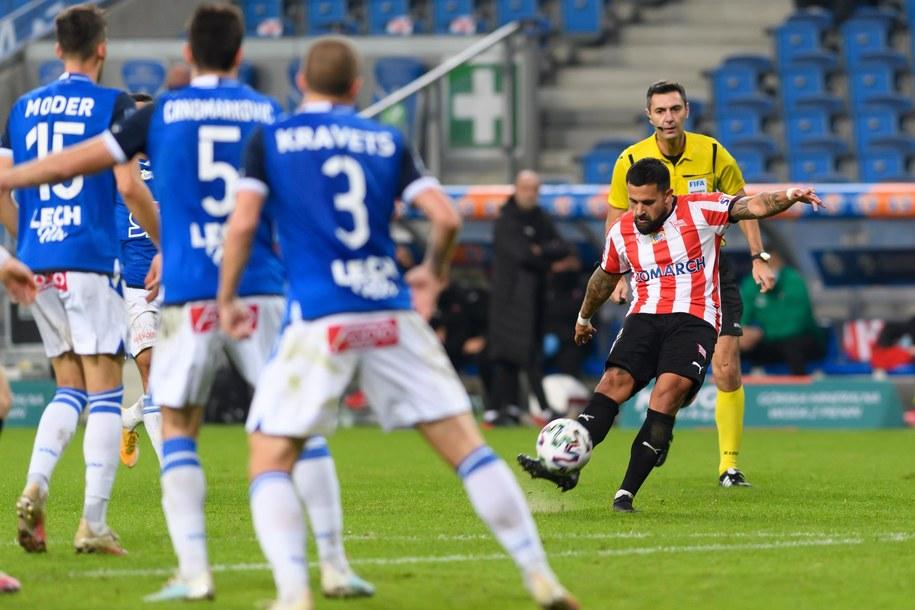 Na zdjęciu piłkarze Lecha Poznan podczas meczu z Cracovią /Jakub Kaczmarczyk /PAP