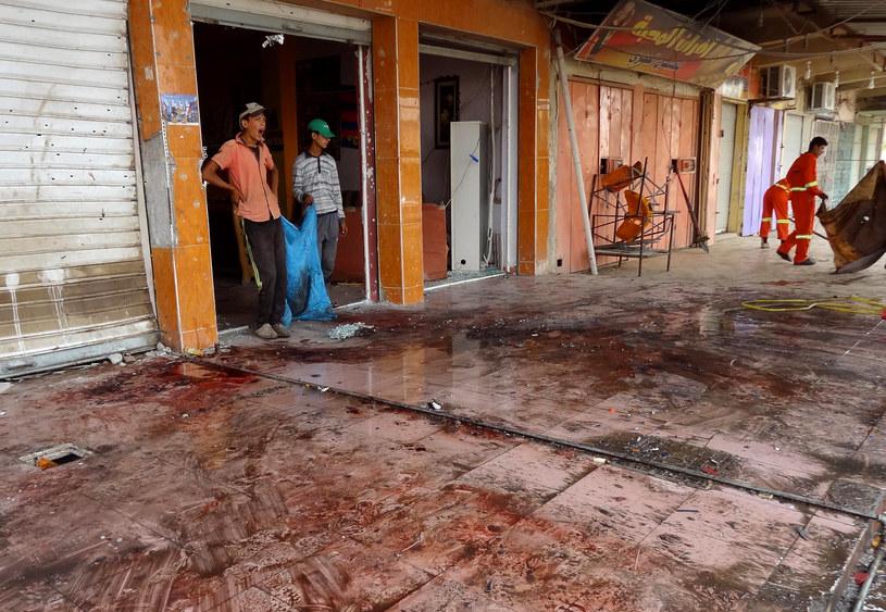 Na zdjęciu pokryta krwią ulica po samobójczym zamachu w Kirkuku, 13 lipca 2013 /MARWAN IBRAHIM /AFP