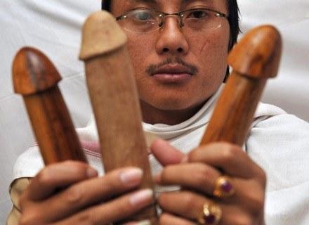 Na zdjęciu: prawnuk Erot, Saipuloh, pokazuje trzy drewniane wzory do wyboru. Dżakarta, 21 luty 2008 /AFP