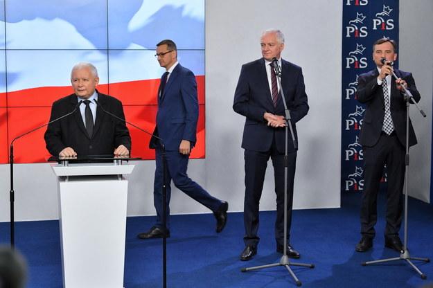 Na zdjęciu premier Mateusz Morawiecki (2L), prezes Prawa i Sprawiedliwości Jarosław Kaczyński (L), prezes Solidarnej Polski Zbigniew Ziobro (P) oraz prezes Porozumienia Jarosław Gowin (2P) /Radek  Pietruszka /PAP