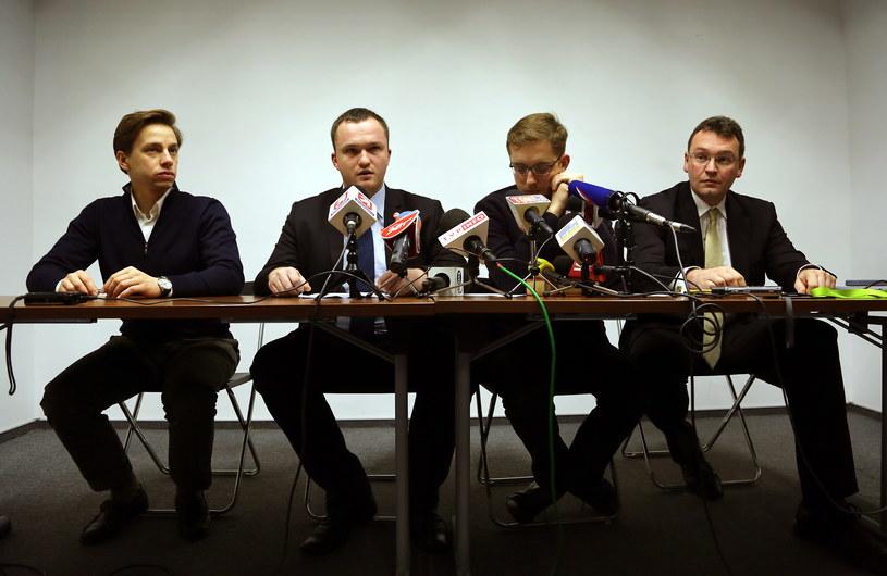 Na zdjęciu Prezes Stowarzyszenia Marsz Niepodległości Witold Tumanowicz (drugi z lewej), członkowie Rady Decyzyjnej Ruchu Narodowego Krzysztof Bosak (z lewej) i Robert Winnicki (drugi z prawej) oraz Tomasz Stasiak /Tomasz Gzell /PAP