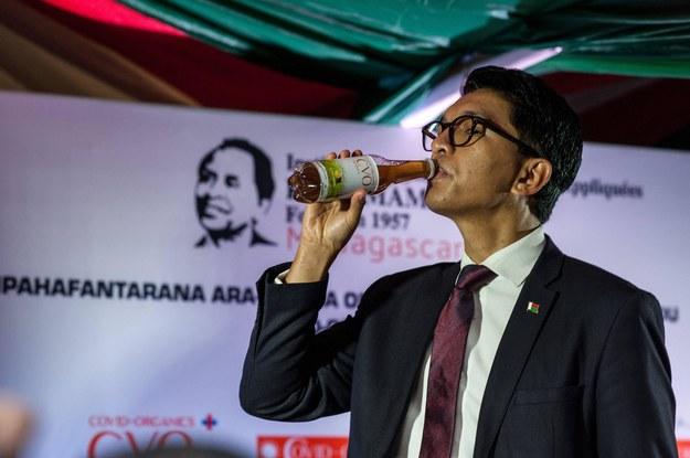 """Na zdjęciu prezydent Madagaskaru pije ziołowy tonik """"Covid Organics"""" /AA/ABACA /PAP"""