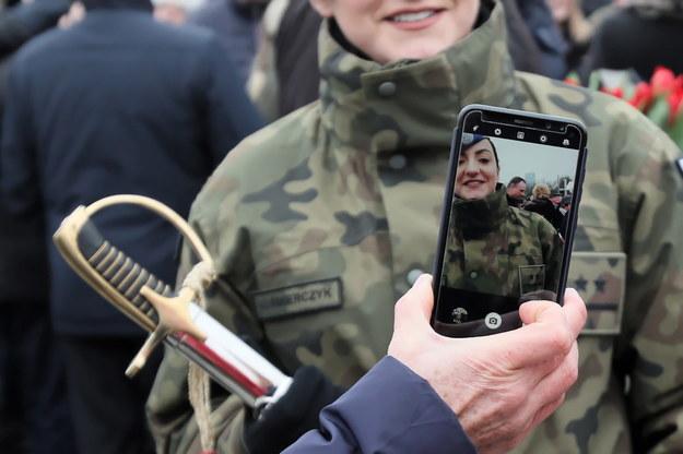 Na zdjęciu promocja na pierwszy stopień oficerski blisko dwustu żołnierzy rezerwy na placu Marszałka Józefa Piłsudskiego w Warszawie /Leszek Szymański /PAP