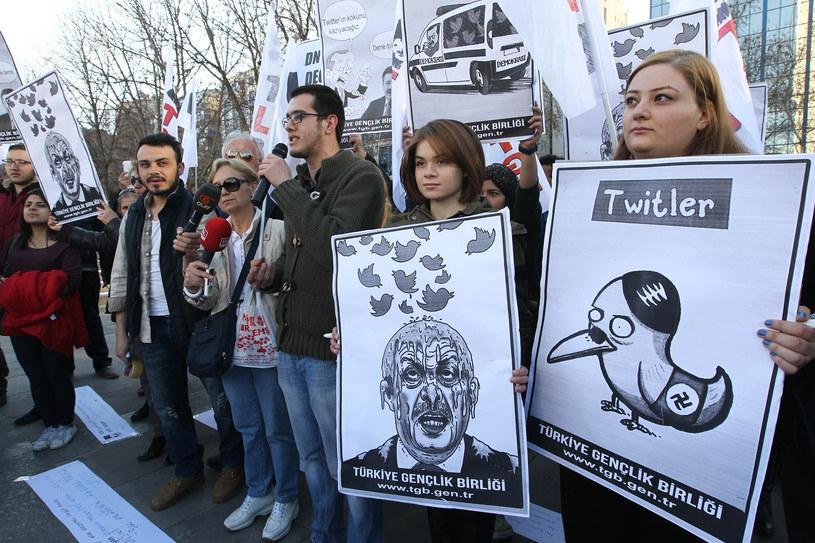 Na zdjęciu protest przeciników premiera Erdogana /ADEM ALTAN /AFP