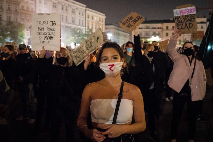 Na zdjęciu: Protest przeciw zaostrzeniu prawa aborcyjnego na Rynku Głównym w Krakowie /Joanna Mrówka /Agencja FORUM