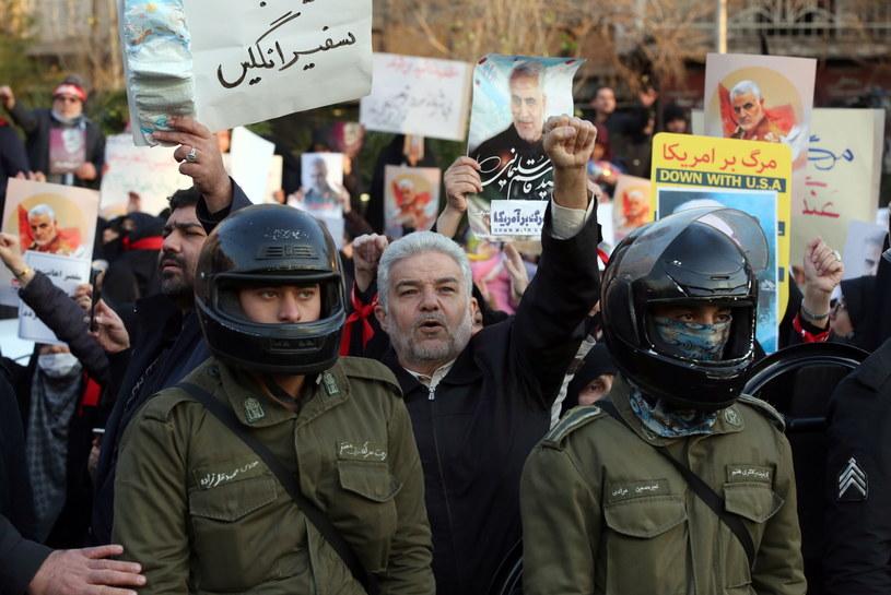Na zdjęciu protestujący przed ambasadą brytyjską w Teheranie po doniesieniach o uczestnictwie brytyjskiego ambasadora w demonstracjach przeciwko irańskiemu rządowi; 12.01.2019 /Abedin Taherkenareh   /PAP/EPA