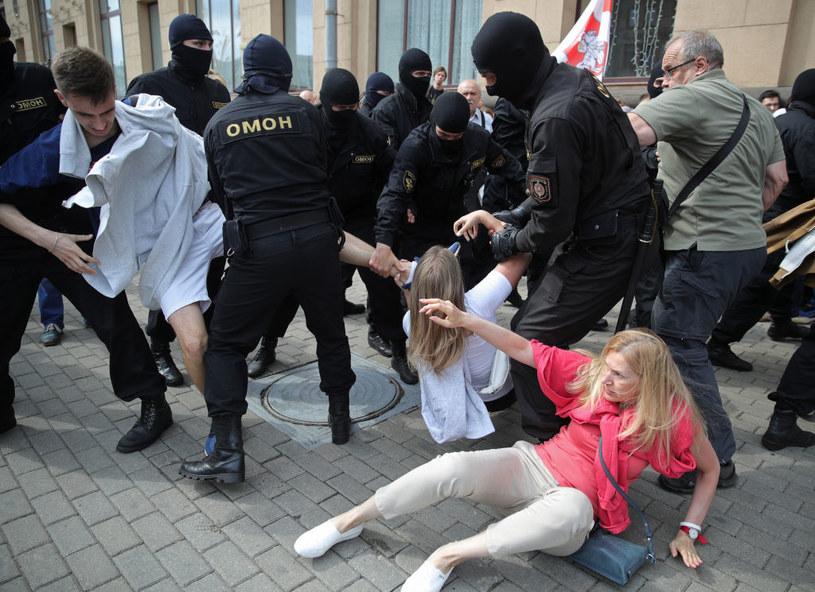 Na zdjęciu: Protesty i zatrzymania w Mińsku / Sergei Bobylev/TASS /Getty Images