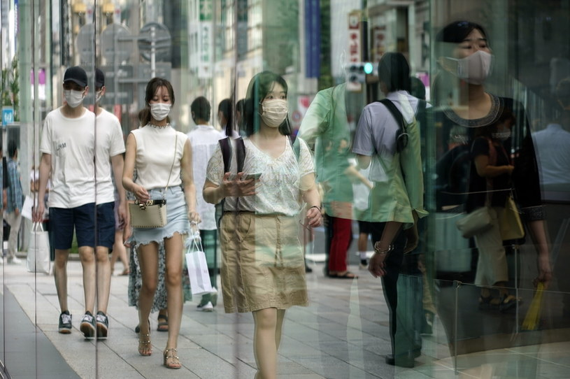 Na zdjęciu przechodnie w maseczkach obijają się w witrynach sklepowych dzielnicy handlowej Ginza w stolicy Japonii Tokio /PAP/EPA/FRANCK ROBICHON /PAP/EPA