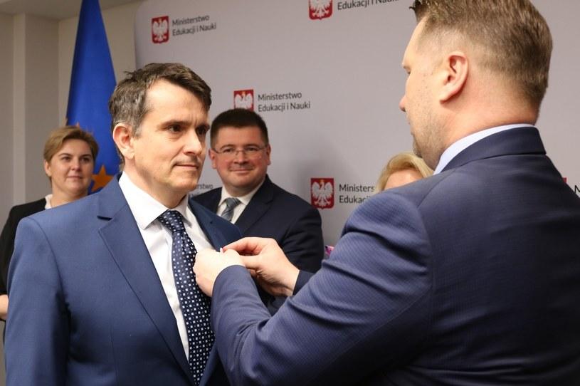 Na zdjęciu: Przemysław Czarnek wręcza medal Mateuszowi Kłoskowi /MEiN /Archiwum