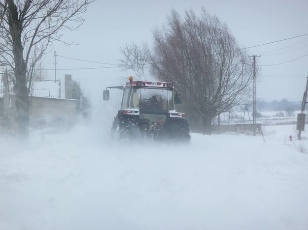 Na zdjęciu przesłanym przez użytkownika traktor próbuje odśnieżyć jedną z dróg w gminie Budzanów /Użytkownik Raportu Drogowego /INTERIA.PL