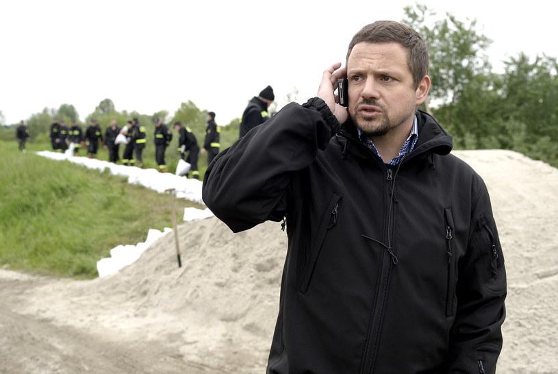 Na zdjęciu Rafał Trzaskowski na koronie wału przeciwpowodziowego w delcie Wisły i Sanu we Wrzawach /Darek Delmanowicz /PAP