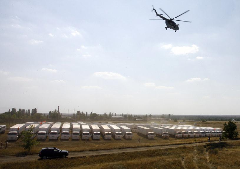Na zdjęciu rosyjski konwój humanitarny na postoju nieopodal granicy /ANDREY KRONBERG /AFP