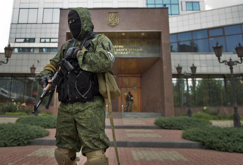 Na zdjęciu rosyjski terrorysta przed siedzibą Narodowego Banku Ukrainy w Doniecku /DANIEL MIHAILESCU /AFP