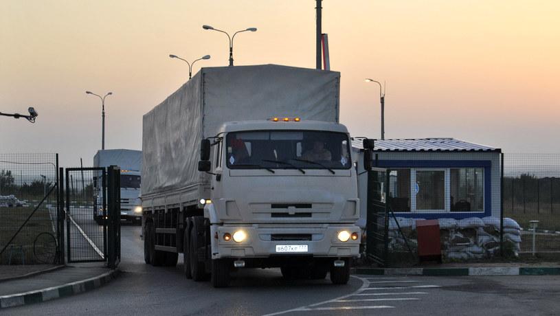 Na zdjęciu rosyjskie ciężarówki przejeżdżają przez granicę /IRINA MASSALSKAYA  /AFP