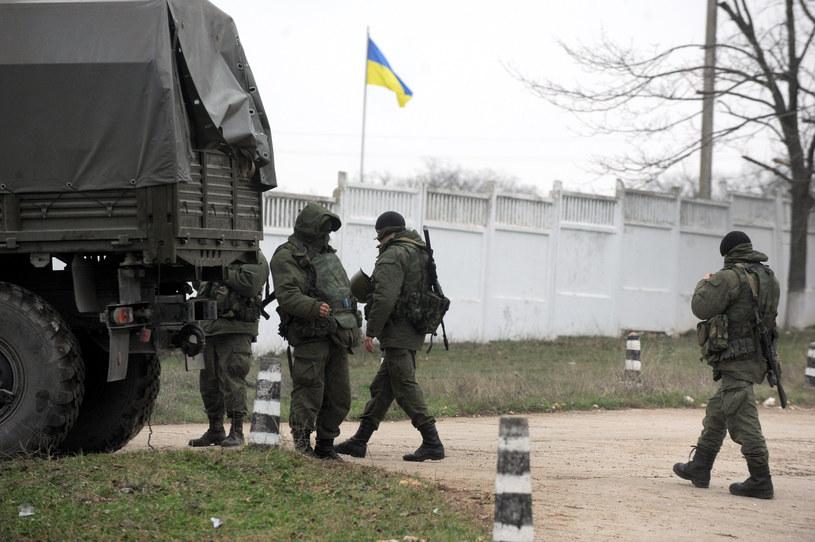 Na zdjęciu rosyjskie siły okupacyjne blokują ukraińską bazę wojskową na Krymie /VIKTOR DRACHEV /AFP