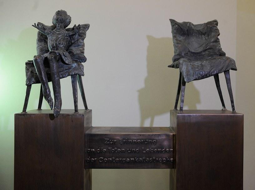 Na zdjęciu rzeźba upamiętniająca ofiary talidomidu /HENNING KAISER /AFP