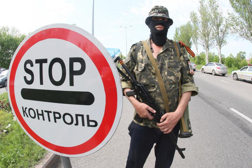 Na zdjęciu separatysta na drodze między Donieckiem a Mariopolem /Alexander KHUDOTEPLY /AFP