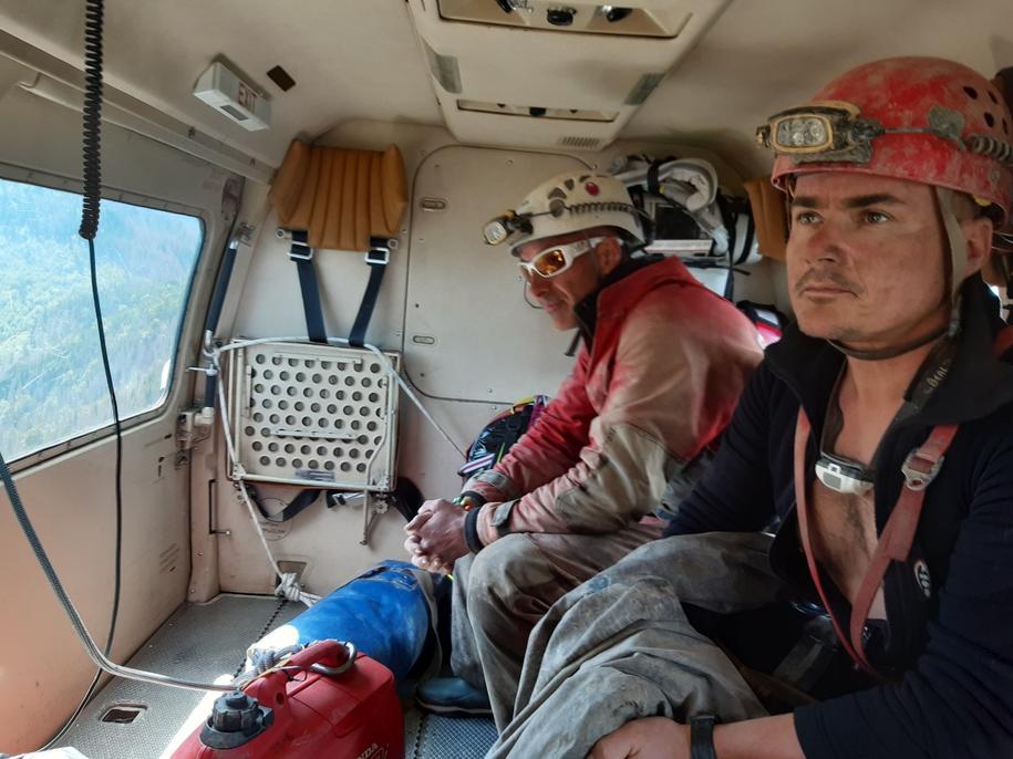 Na zdjęciu słowaccy ratownicy na pokładzie śmigłowca /Horska Zachranna Sluzba /