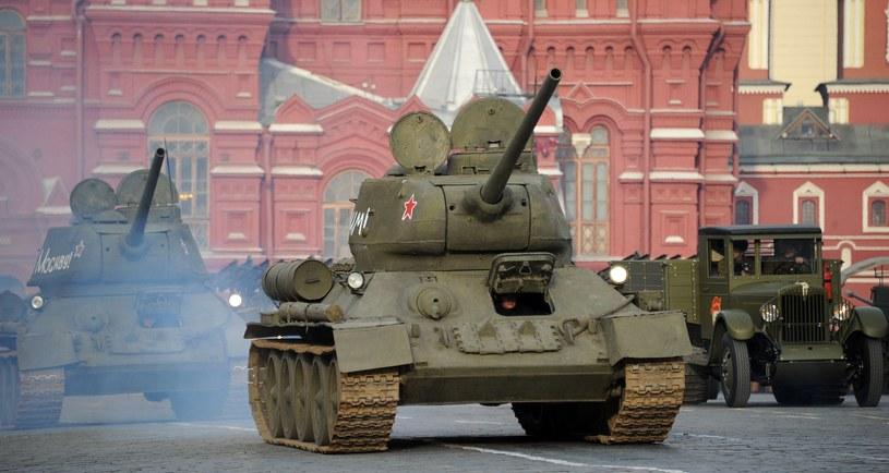 Na zdjęciu sowieckie czołgi z okresu II wojny światowej na paradzie w Moskwie /ALEXANDER NEMENOV /AFP