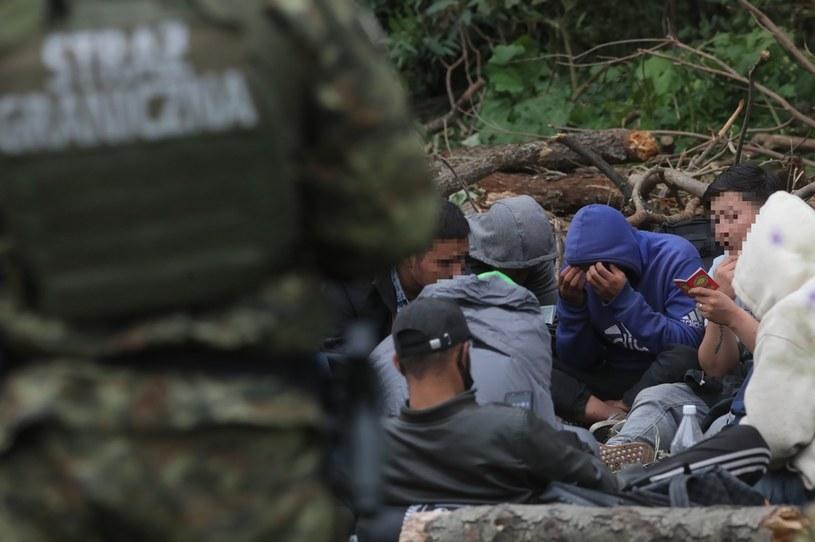 """Na zdjęciu"""" Straż Graniczna pilnuje uchodźców w pobliżu granicy z Białorusią /PAP/Artur Reszko /PAP/EPA"""