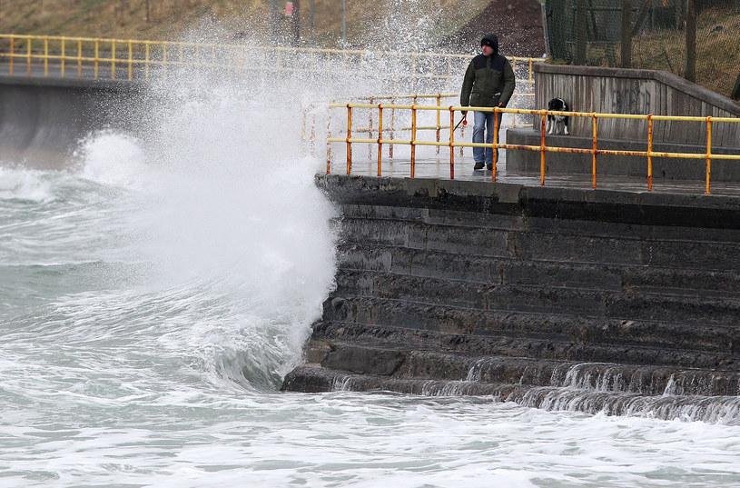 Na zdjęciu sztormowa pogoda w Portrush /PETER MUHLY /AFP
