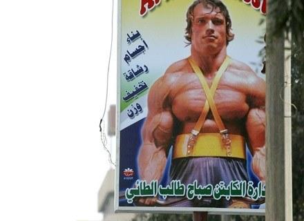 Na zdjęciu szyld reklamujący siłownię. Bagdad, październik 2003 /AFP