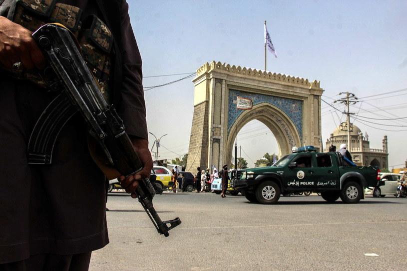 Na zdjęciu talibowie pilnują ulic Kandaharu /STRINGER /East News