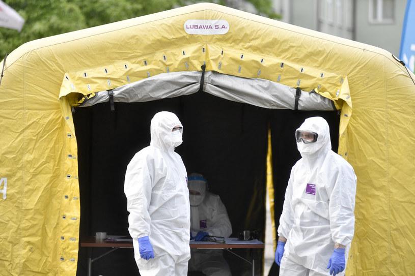 Na zdjęciu testy przesiewowe górników na obecność koronawirusa przed kopalnia KWK Murcki Staszic Polskiej Grupy Górniczej w Katowicach /LUKASZ KALINOWSKI /East News