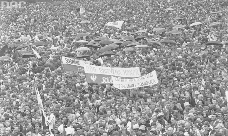 Na zdjęciu: Tłum wiernych na Błoniach Jasnogórskich podczas mszy świętej /Z archiwum Narodowego Archiwum Cyfrowego