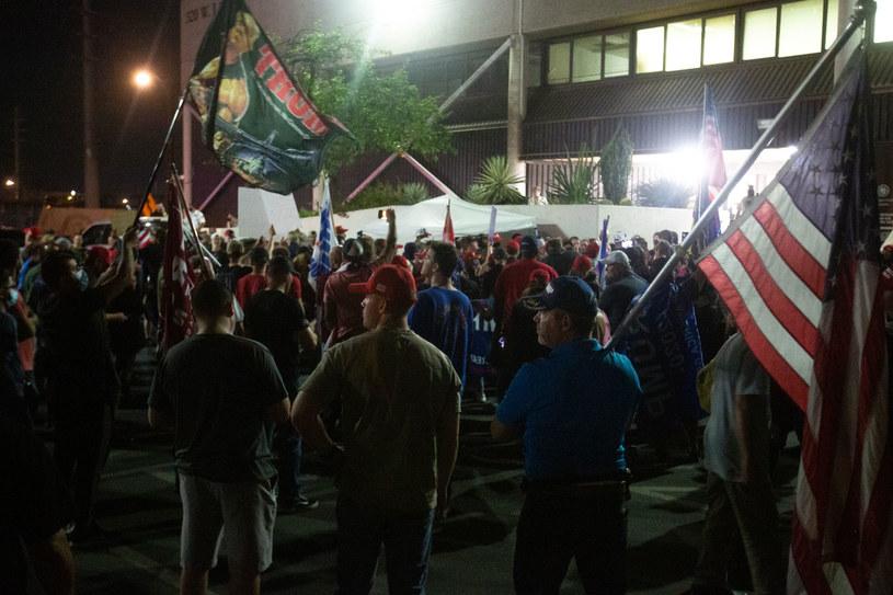 Na zdjęciu: Tłum zwolenników Donalda Trumpa przed centrum wyborczym w Phoenix /COURTNEY PEDROZA /AFP