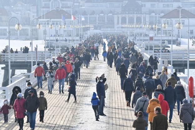Na zdjęciu tłumy na molo w Sopocie w woj. pomorskim / Adam Warżawa    /PAP