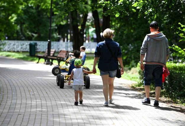 Na zdjęciu turyści podczas wypoczynku w Rymanowie-Zdroju /Darek Delmanowicz /PAP