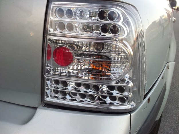 Na zdjęciu tylna lampa pewnego volkswagena.  Czy wiesz, po co  właściciel tego samochodu ją sobie zamontował? To też tuning? /poboczem.pl