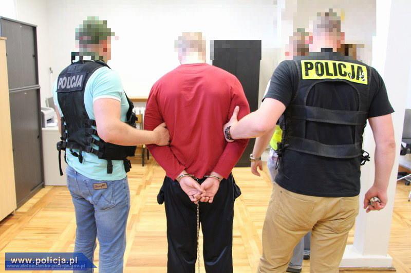 Na zdjęciu udostępnionym przez policję, zatrzymanie mężczyzny (C) podejrzanego o podłożenie ładunku wybuchowego we wrocławskim autobusie /PAP