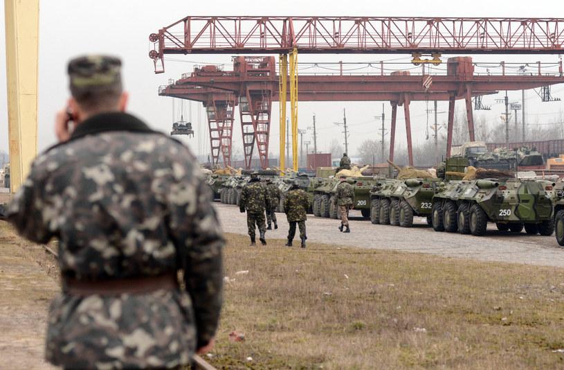 Na zdjęciu: ukraińska armia przygotowuje się do zmiany dyslokacji we Lwowie / YURIY DYACHYSHYN /AFP