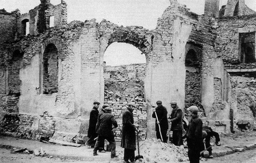 Na zdjęciu usuwaniu gruzów w zbombardowanym przez Niemców Wieluniu, zdjęcie archiwalne /Agencja FORUM